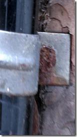 Schellen mit 70 cm langen Nägeln befestigt